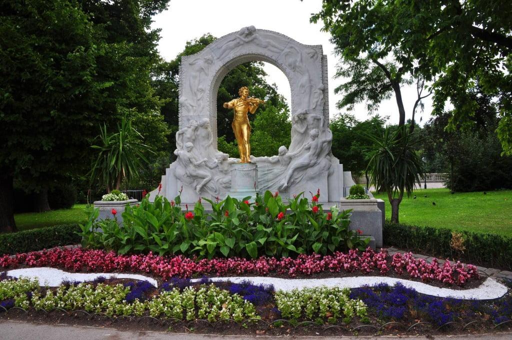 Statue of Johann Strauss ll in Statdpark Vienna